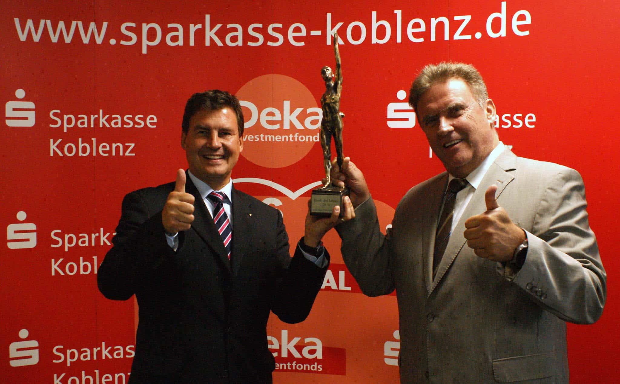 """Freuen sich über die Auszeichnung """"Bank des Jahres"""":  v.l. Matthias Nester, Vorsitzender des Vorstandes und Ernst Josef Lehrer, stv. Vorsitzender des Vorstandes der Sparkasse Koblenz."""