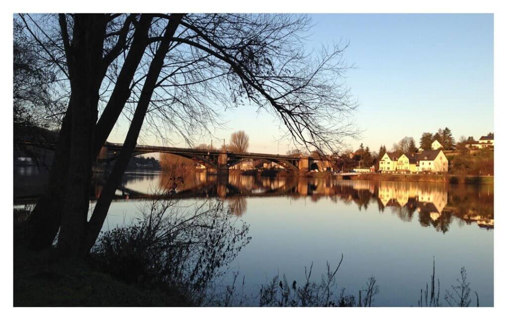 Blick auf die Gülser Eisenbahnbrücke, Foto: Monika Zahn