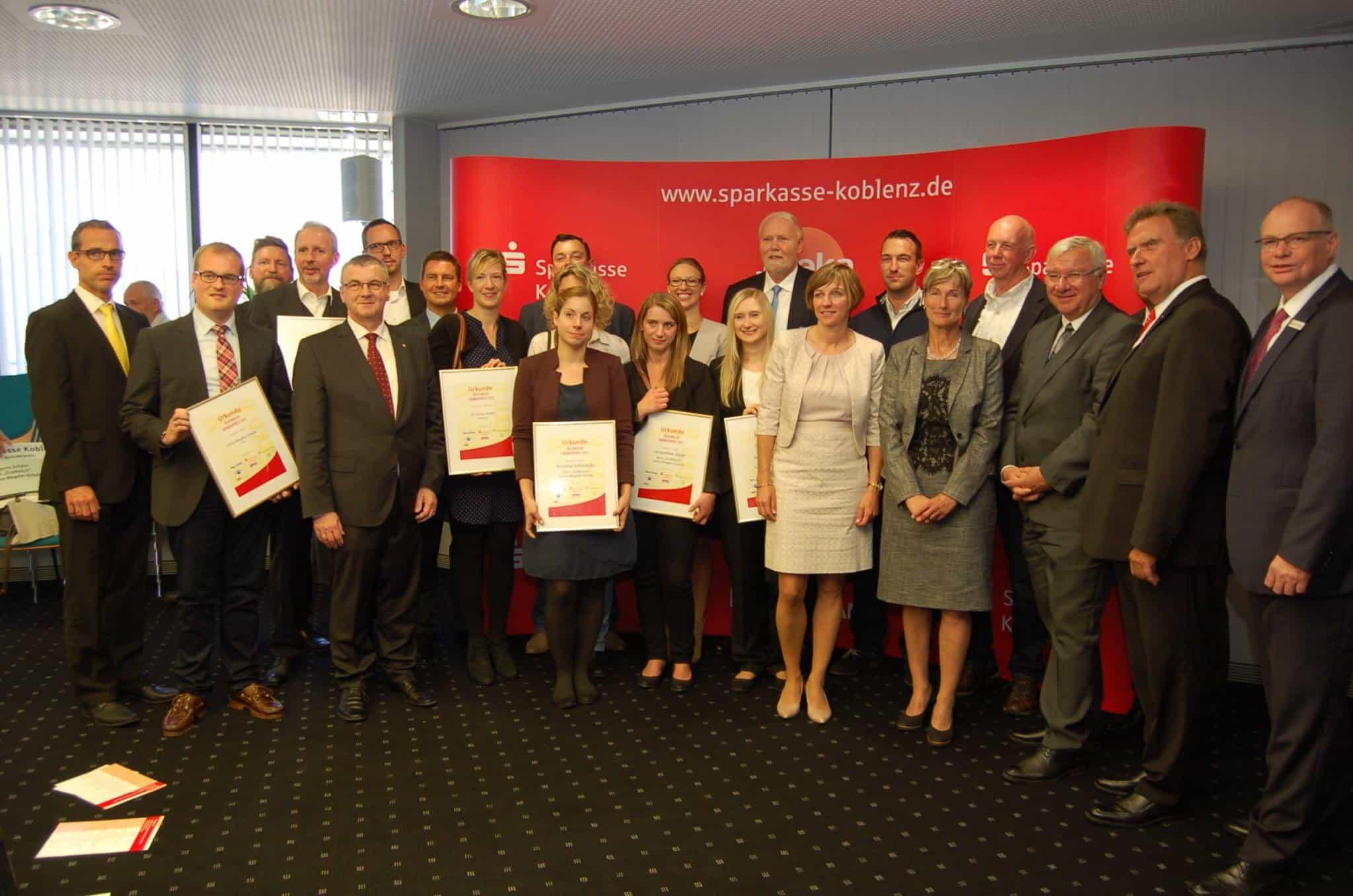 Regionaler Gründerpreis 2017: Gruppenbild mit Preisträgern, Laudatoren und Vorständen der Sparkasse Koblenz.