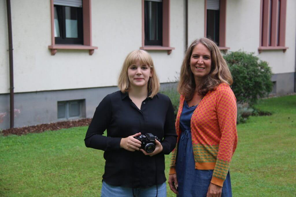 Clara Röllinghoff (rechts) mit der aktuellen Stadtfotografin Isabell Hoffmann (links)