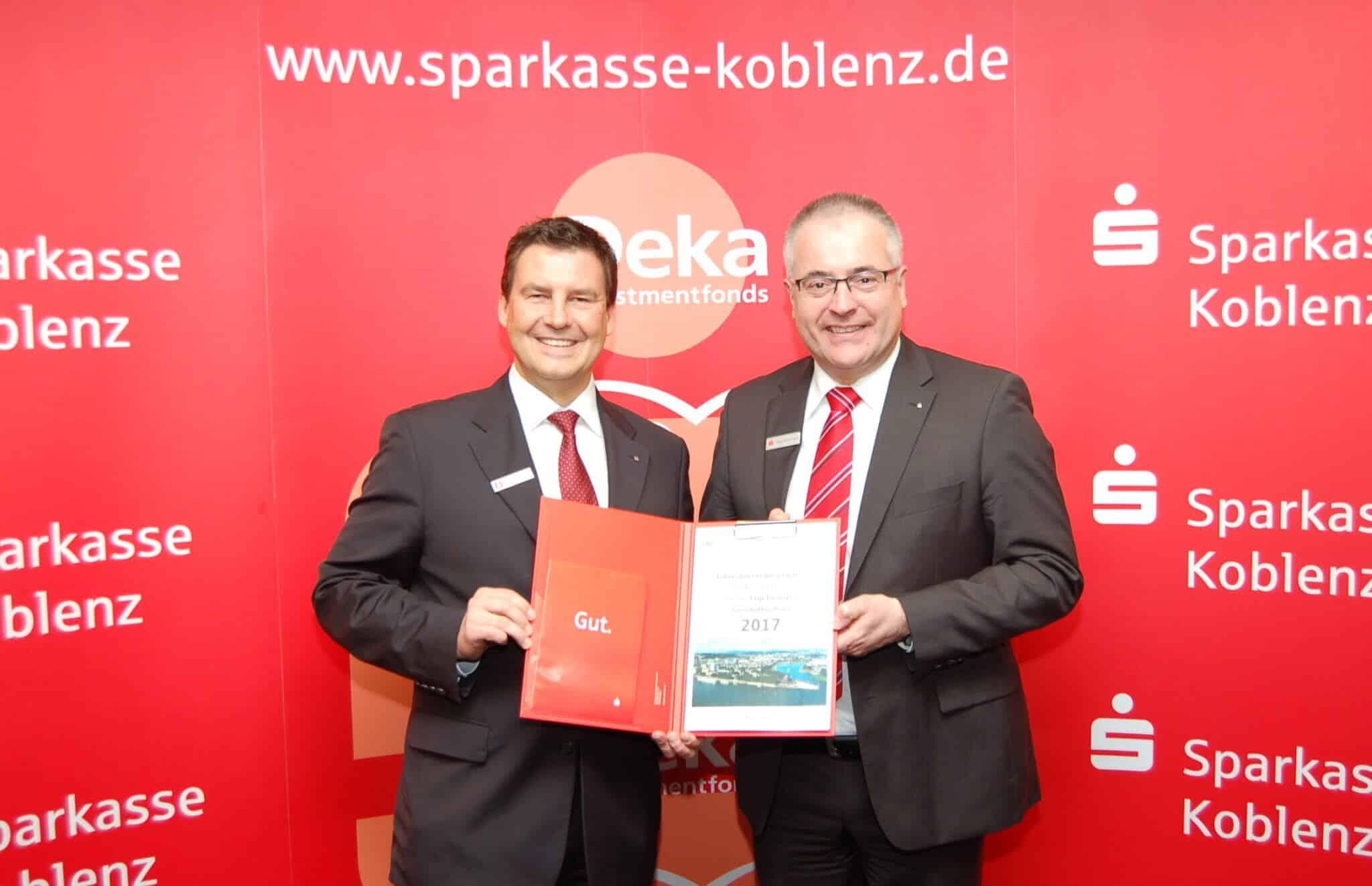 Blicken auf ein solides Geschäftsergebnis 2017: Matthias Nester, Vorstandsvorsitzender der Sparkasse Koblenz (im Bild links), und sein Vorstandskollege Jörg Perscheid.