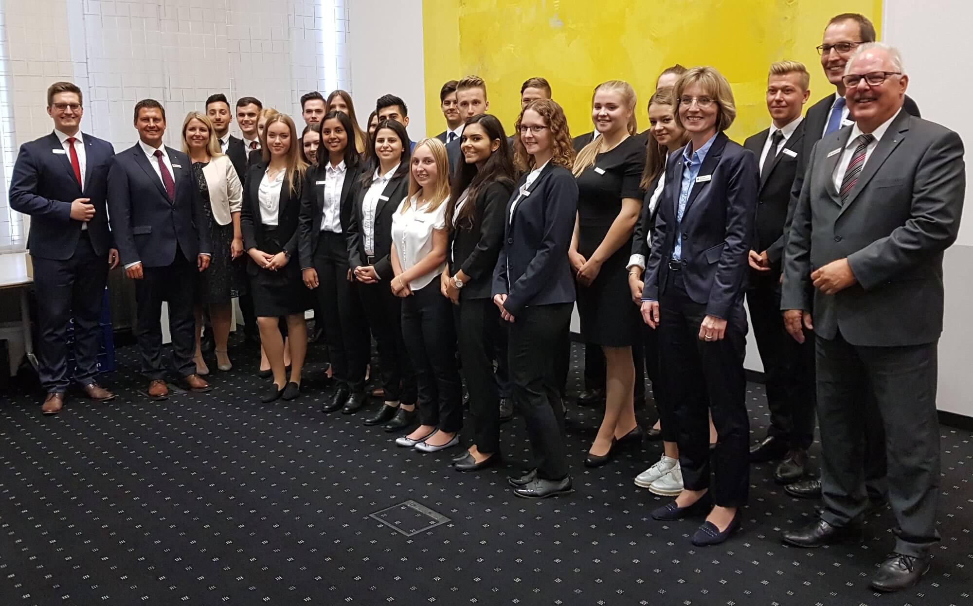 Azubi-Einführungstage 2018: Gruppenbild mit Vorstand