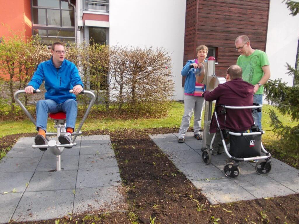 Förder- und Wohnstätten gGmbH in Kettig: Fitnessgeräte im Außenbereich