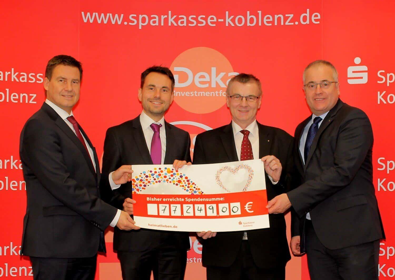 Vorstandsvorsitzender der Sparkasse Koblenz Matthias Nester (v. links) freut sich gemeinsam mit Koblenzer Oberbürgermeister David Langner, Landrat Dr. Alexander Saftig und Sparkassenvorstand Jörg Perscheid über den Erfolg der Spendenplattform.