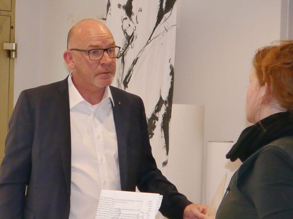 Sparkassen-Geschäftsstellenleiter Jörg Junglas im Gespräch mit Anja Bogott