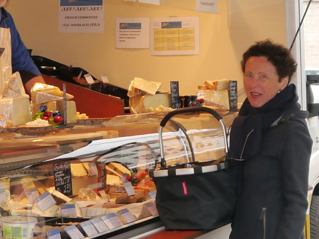 Ehrenbreitstein_ Markt Frau am Käsewagen