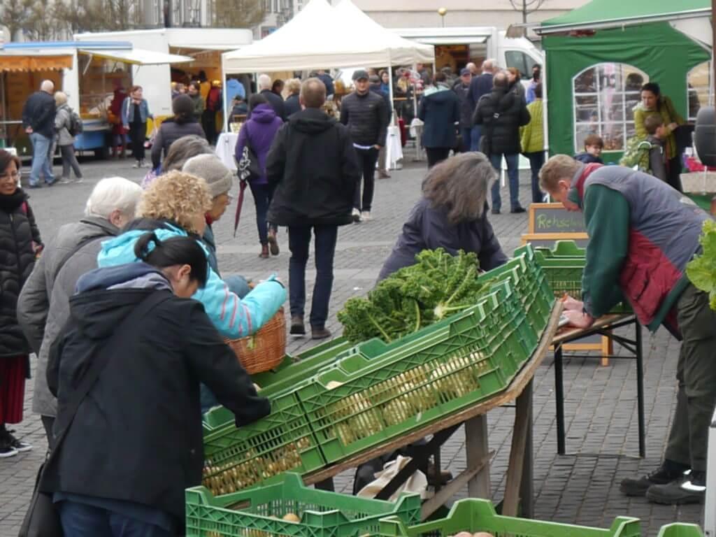 Ehrenbreitstein_ Markt mit Gemüsestand