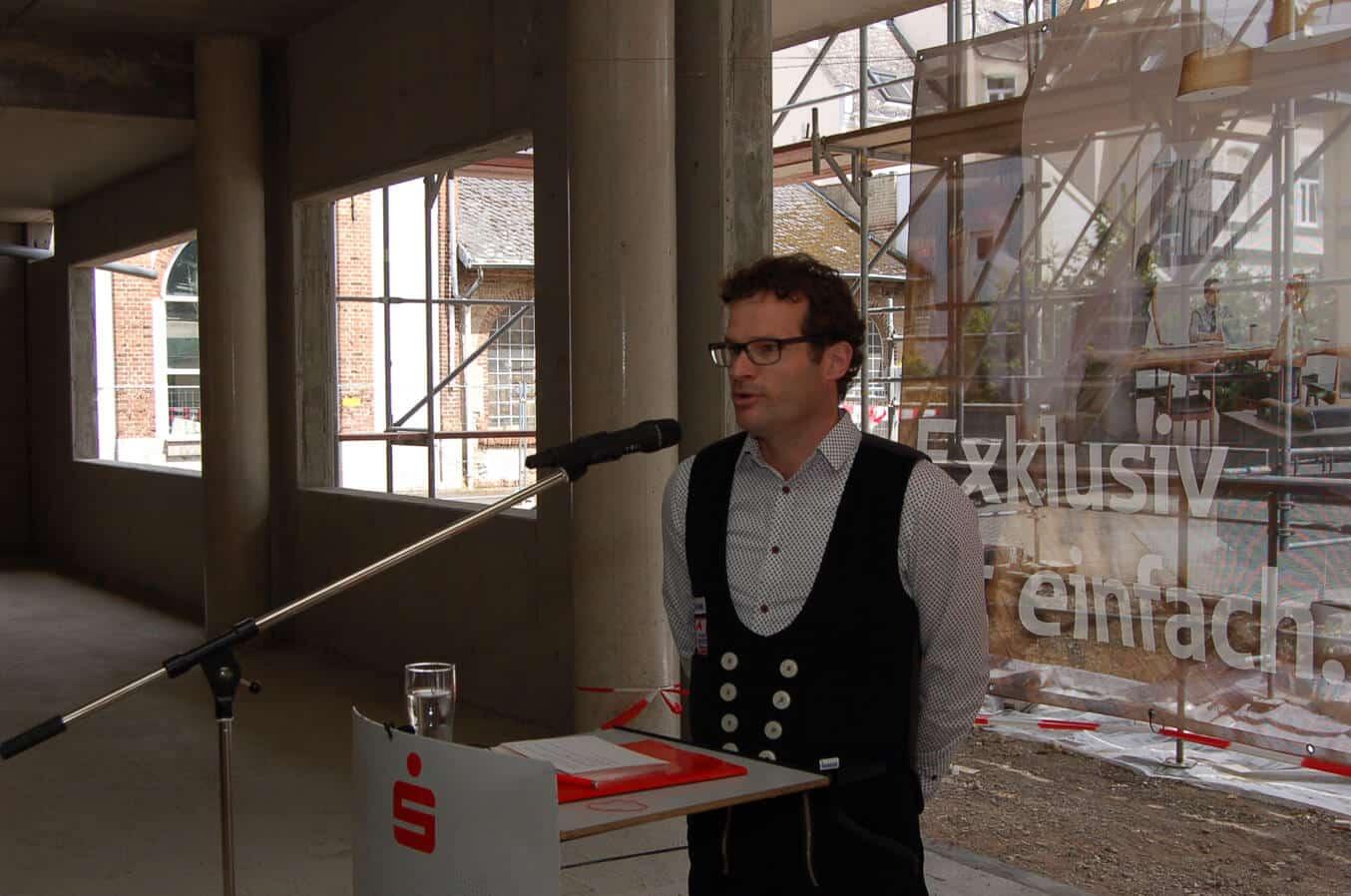 Dachdecker Achim Schmidt erteilt baulichen Segen