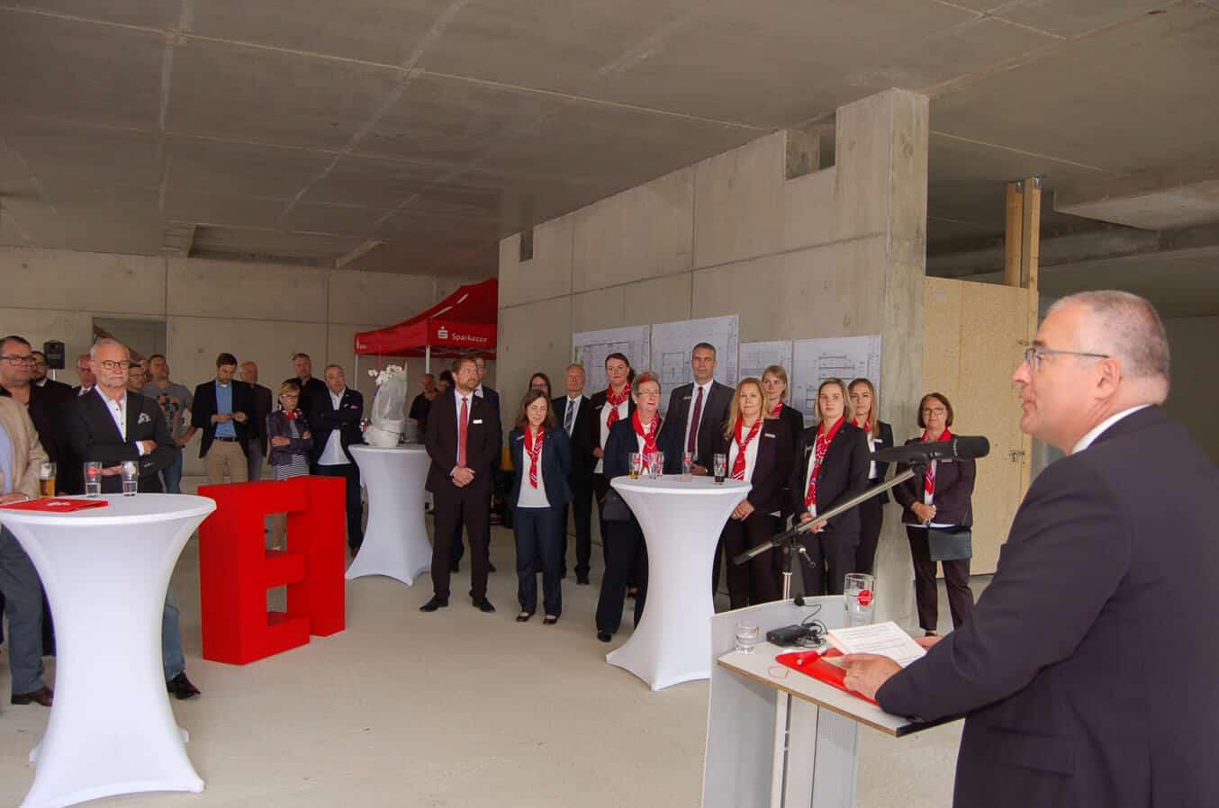 Vorstand Jörg Perscheid begrüßt die Gäste zum Richtfest der neuen Sparkassen-Geschäftsstelle Metternich