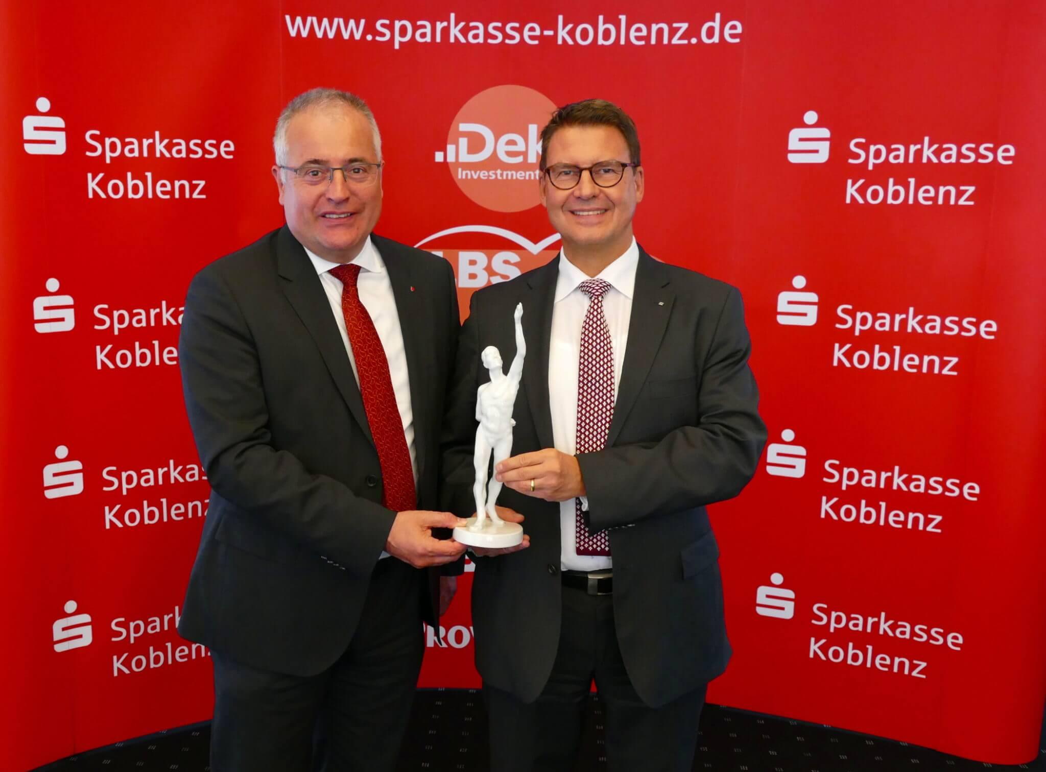 """Freuen sich über die Auszeichnung """"Premier-Bank 2019"""". (v.l.) Jörg Perscheid, Vorstand und Matthias Nester, Vorstandsvorsitzender der Sparkasse Koblenz."""