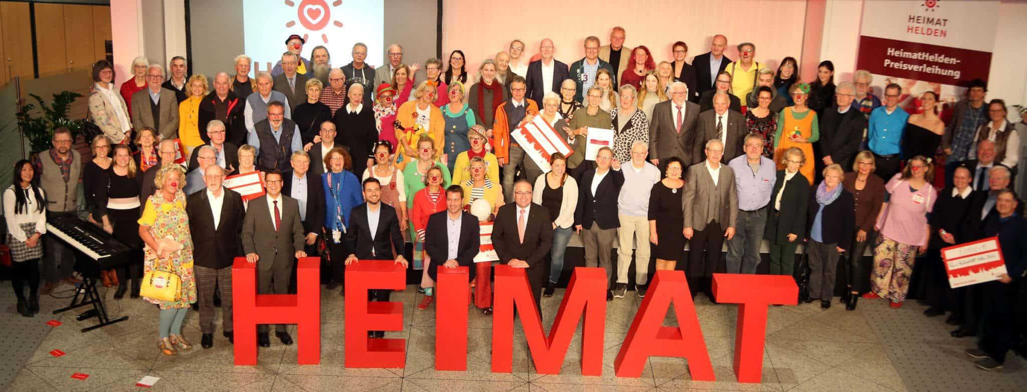 """Gruppenfoto mit den Siegern der ersten """"HeimatHelden""""-Preisverleihung 2019 der Sparkasse Koblenz."""