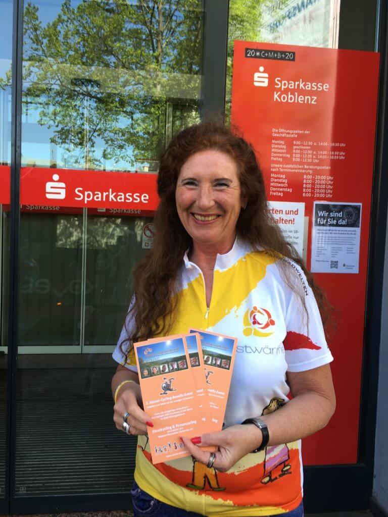 nestwärme e.V.: Ruth Heinen mit Benefiz-Cycling-Flyer