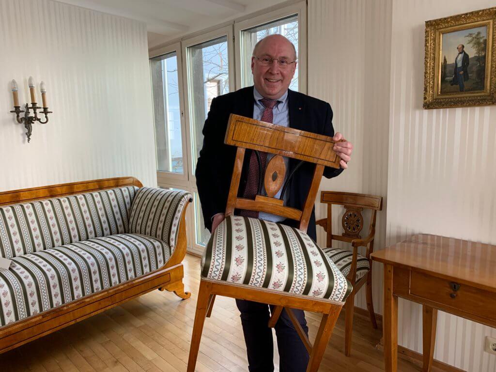 Mutter-Beethoen-Haus: Manfred Diehl präsentiert restaurierten Stuhl