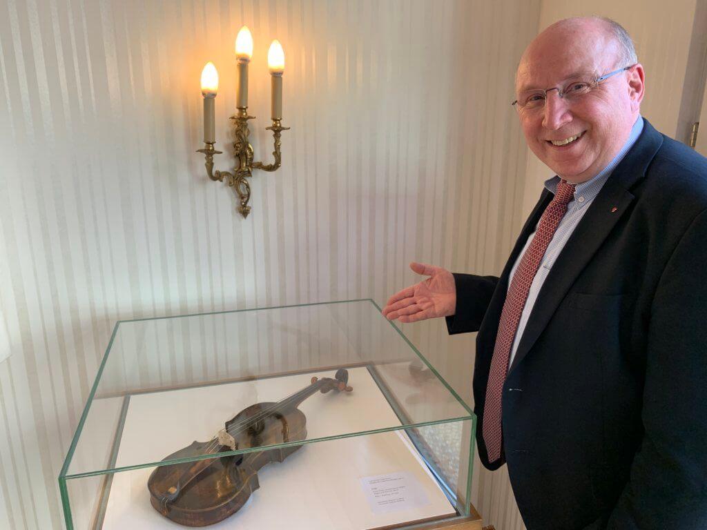 Mutter-Beethoen-Haus: Manfred Diehl präsentiert Ausstellungsstück einer Geige