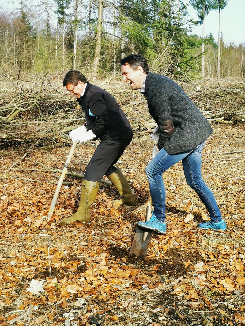Matthias Nester und David Langner pflanzen Setzlinge im Klimawald.