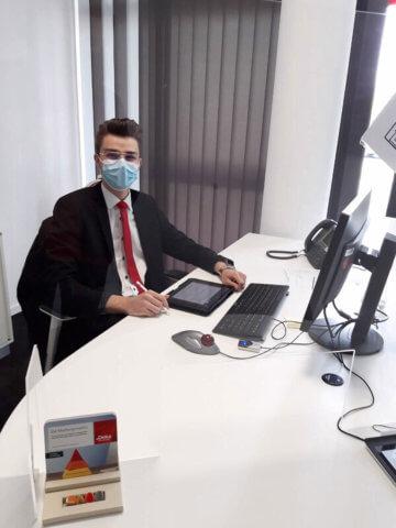 Azubi am Arbeitsplatz