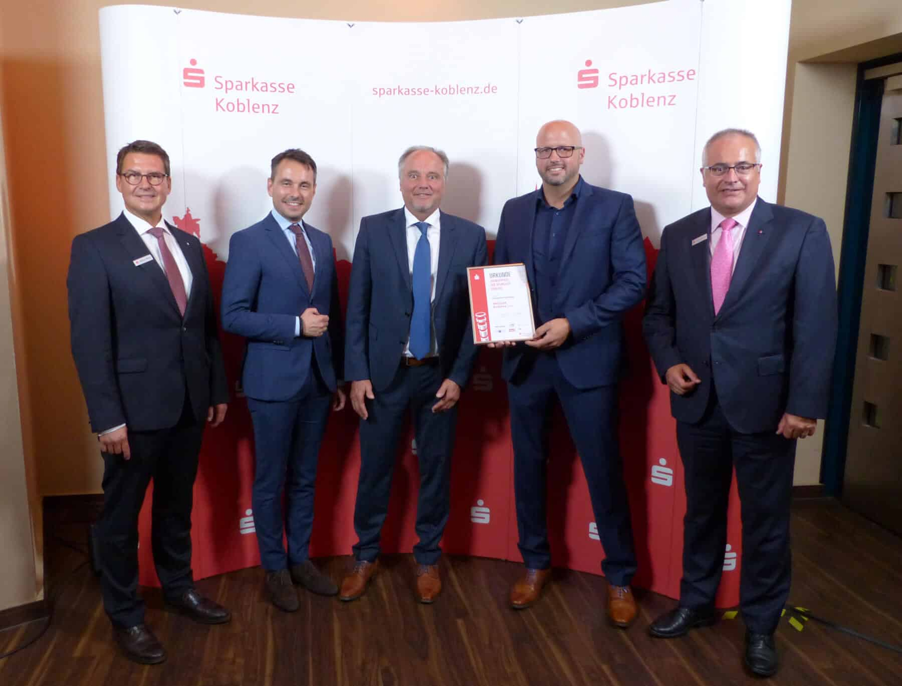 """In der Kategorie """"Geregelte Nachfolge"""" überreichte der Koblenzer Oberbürgermeister David Langner (2.v.l.) die Urkunde an die Firma MASSAR Koblenz GmbH."""